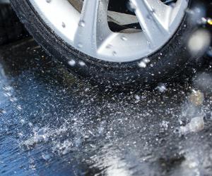 Evită acvaplanarea – ce trebuie să faci în timp ce conduci și înainte să urci la volan