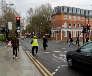 Ai găsit diferențele? Șoferii care practică și ciclismul pot identifica pericolele mai repede, conform unui studiu Ford