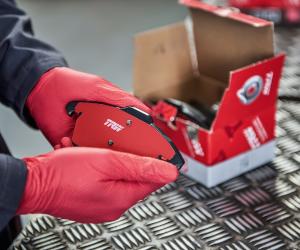 Acoperire unică COTEC aplicată pe suprafața materialului de frecare a plăcuțelor de frână TRW pentru o siguranță rutieră semnificativ îmbunătățită
